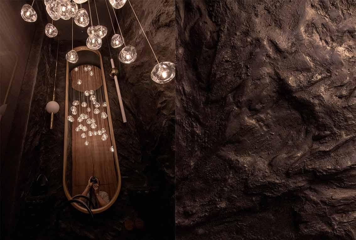 Капельные светильники и зеркало в санузле с барельефом-11