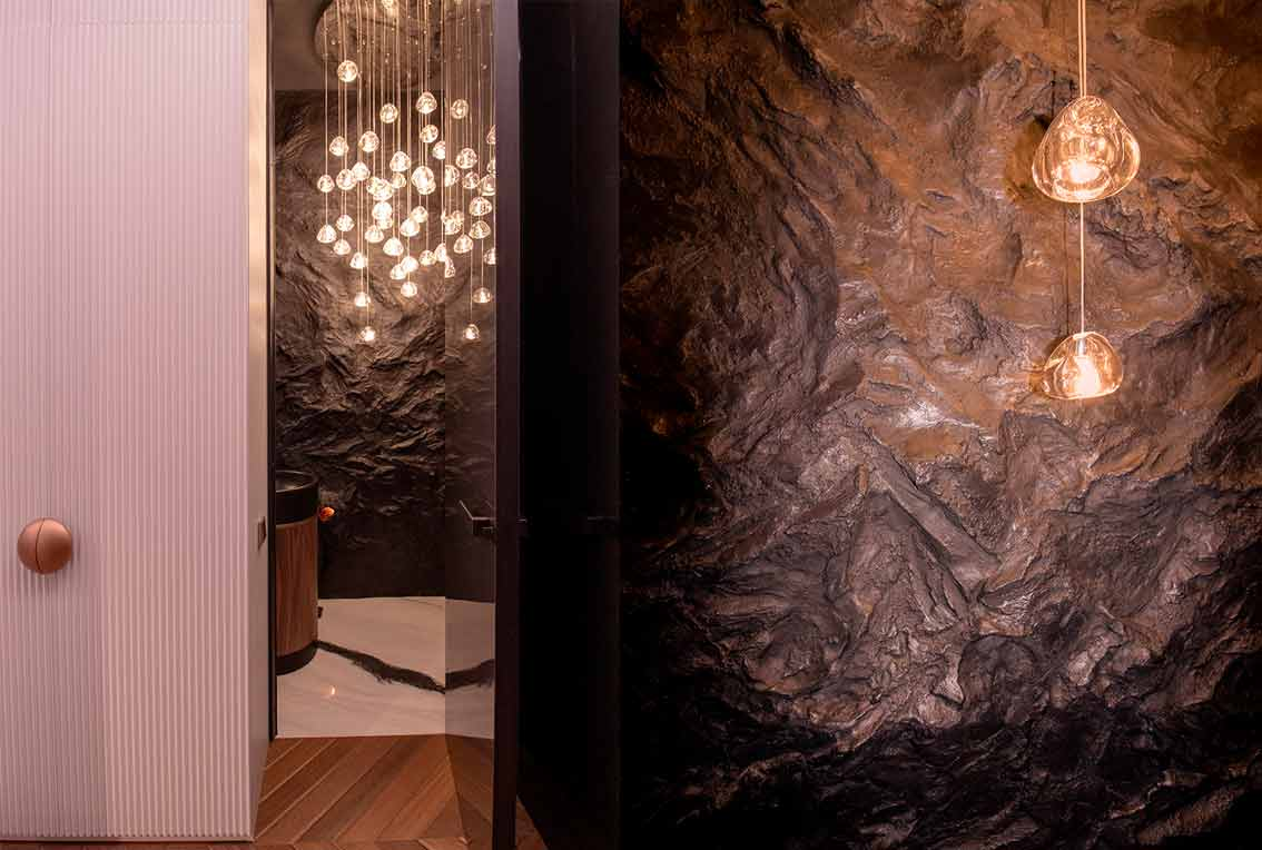 Барельеф на стене в дизайне интерьера квартиры_Вход в санузел  и крупный план стены-01